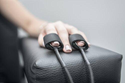Dłoń na podłokietniku