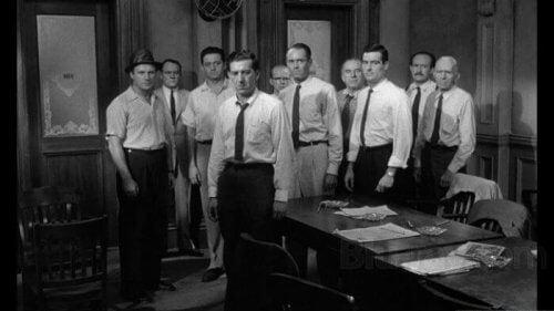 Dwunastu gniewnych ludzi: jak lider może zmienić opinię grupy