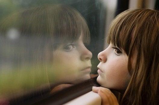 Dziecko patrzące przez okno