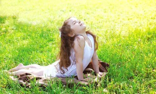 Mała dziewczynka leży na trawie
