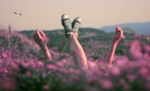 dziewczyna leżąca w kwiatach