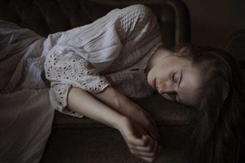 Echo zaburzenie osobowości - Dziewczyna w sukni leży na kanapie