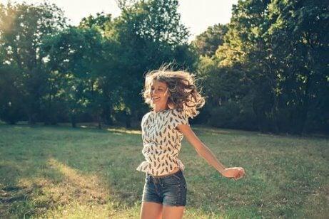 Szczęśliwa dziewczyna w parku