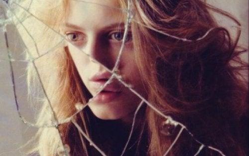 dziewczyna w zbitym lustrze