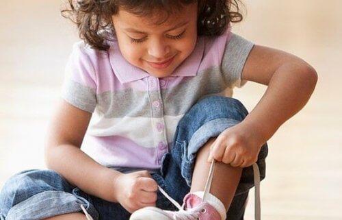 dziewczynka wiążąca buty