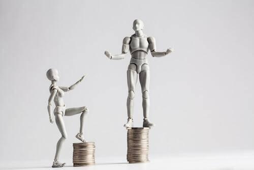 Figurka mężczyzny jest wyżej ustawiona od figurki kobiety