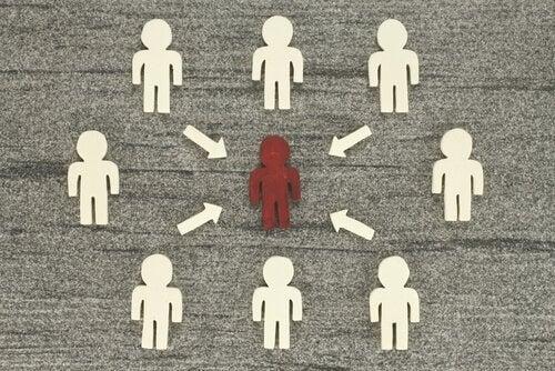 Białe figurki ludzi dookoła czerwonej