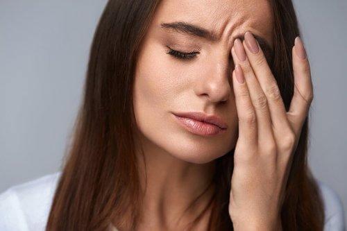 Naprawdę kochać siebie - Zmęczona kobieta dotyka czoła