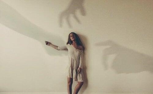 Kobieta i cienie