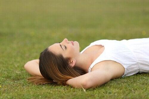 Kobieta leżąca na trawie