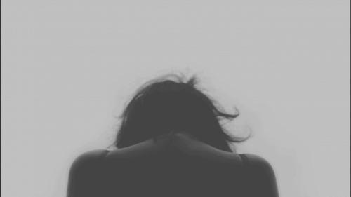 Kobieta patrząca w dół