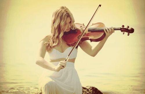 Kobieta gra na skrzypcach