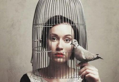 kobieta w klatce -czy jestes zbyt cichy