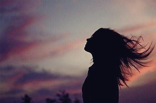 Kobieta z włosami rozwianymi przez wiatr