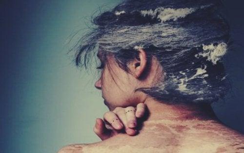 Kobieta z morzem na ciele