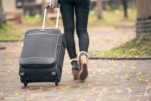 Kobieta z walizką reprezentująca pokolenie bumerangów