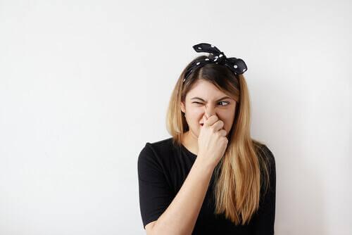Węchowy zespół odnoszący - Kobieta zakrywa swój nos