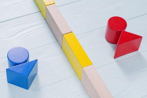 Kolorowe figurki z drewna symbolizujące płcie
