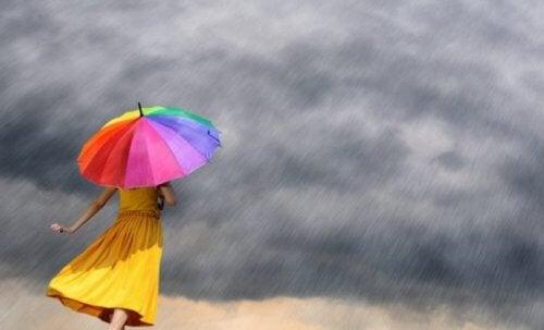 Kolorowy parasol na deszczu