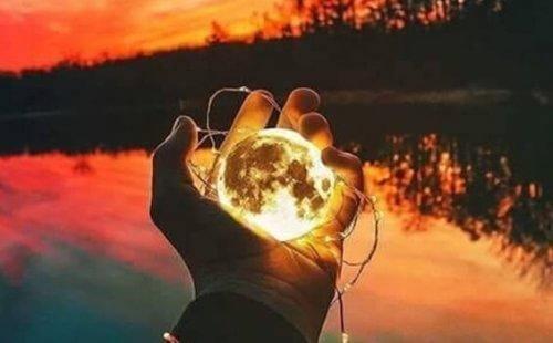 Malutki księżyc w dłoni