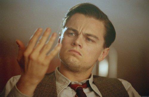 Leonardo DiCaprio patrzy na własną rękę