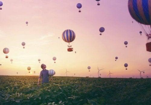 mężczyzna balony