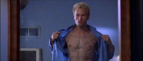 Mężczyzna z tatuażem na klacie