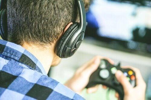 Nastolatek grający w gry