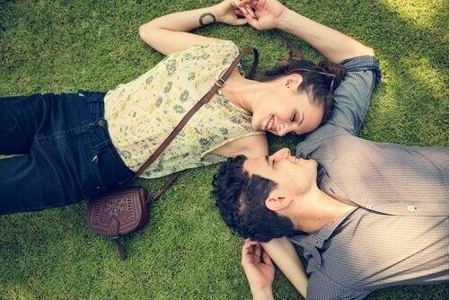 Miłość - para na trawie