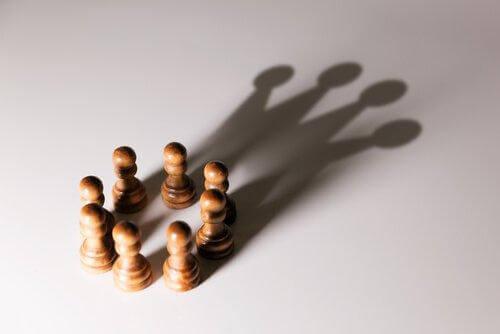 Role społeczne - Pionki tworzące cień hetmana