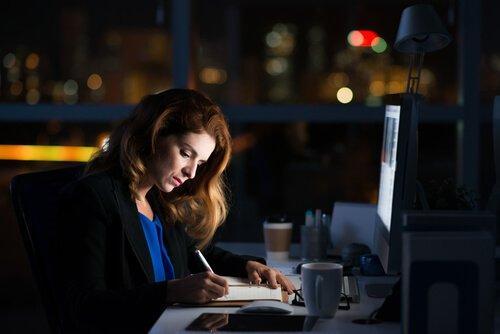 Pracoholik w biurze w nocy