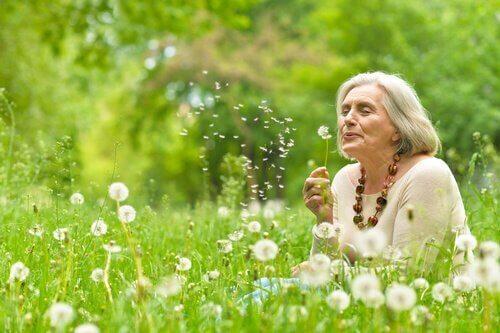 starsza kobieta z dmuchawcem