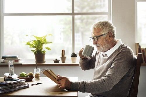 starszy mężczyzna czytający książkę