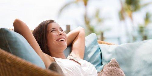 Szczęśliwa kobieta leży na kanapie