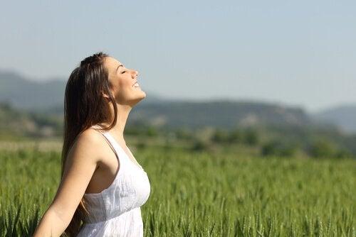 Życie w chwili obecnej - uśmiechnięta kobieta