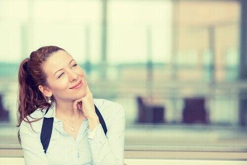 Uśmiechnięta kobieta - rozmowa z samym sobą