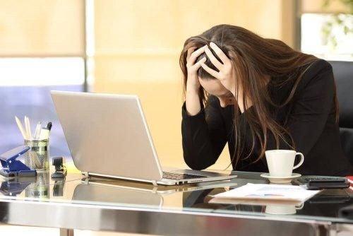 Zestresowana kobieta przy laptopie