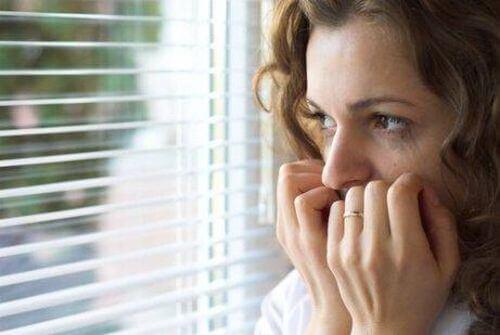 Zestresowana kobieta przy oknie - panofobia