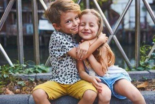Brat przytula siostrę