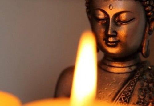 Budda naprzeciwko ognia