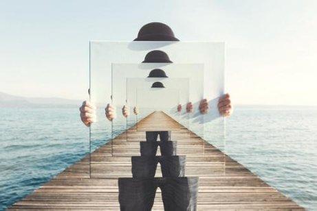 człowiek z lustrem