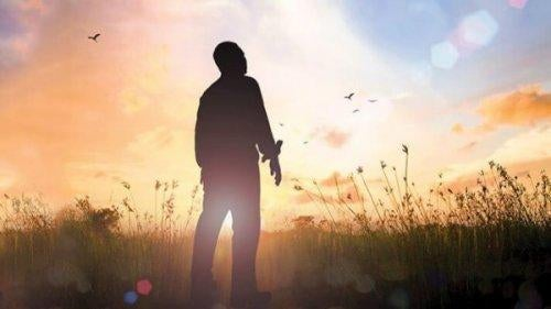 Człowiek patrzący na niebo - osobowość INFP