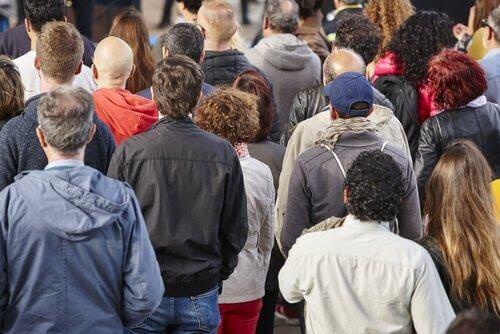 Dehumanizacja a klasa społeczna: jak się ze sobą łączą