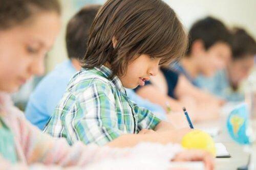 Dzieci uczą się razem w szkole