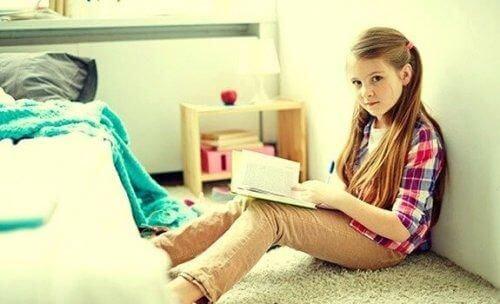 Dziewczyna czyta książkę sama w pokoju
