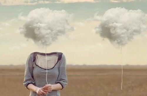 Kobieta z chmurą zamiast głowy
