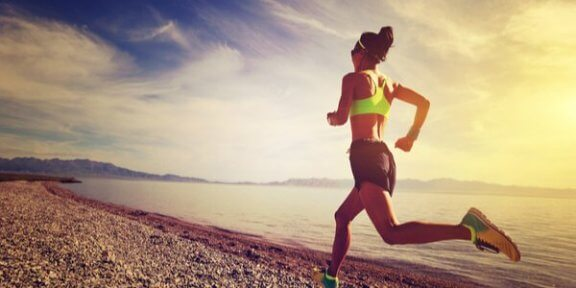 Kobieta biegnąca na plaży - interocepcja