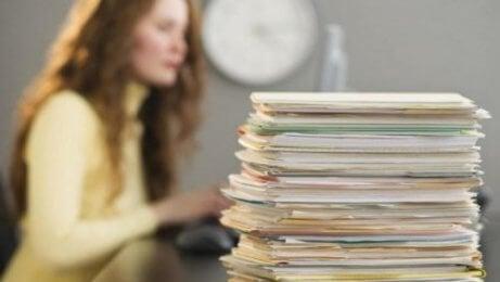 prokrastynacja i skumulowane dokumenty na biurku