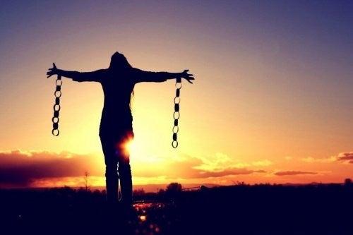 Kobieta uwolniona z kajdanów