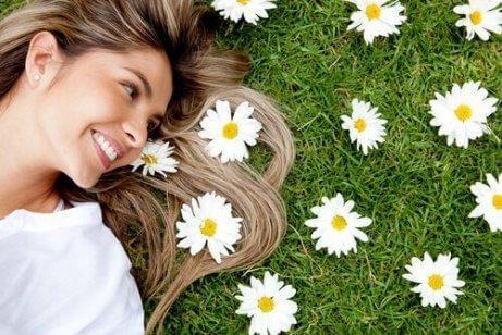 Uśmiechnięta kobieta na trawie
